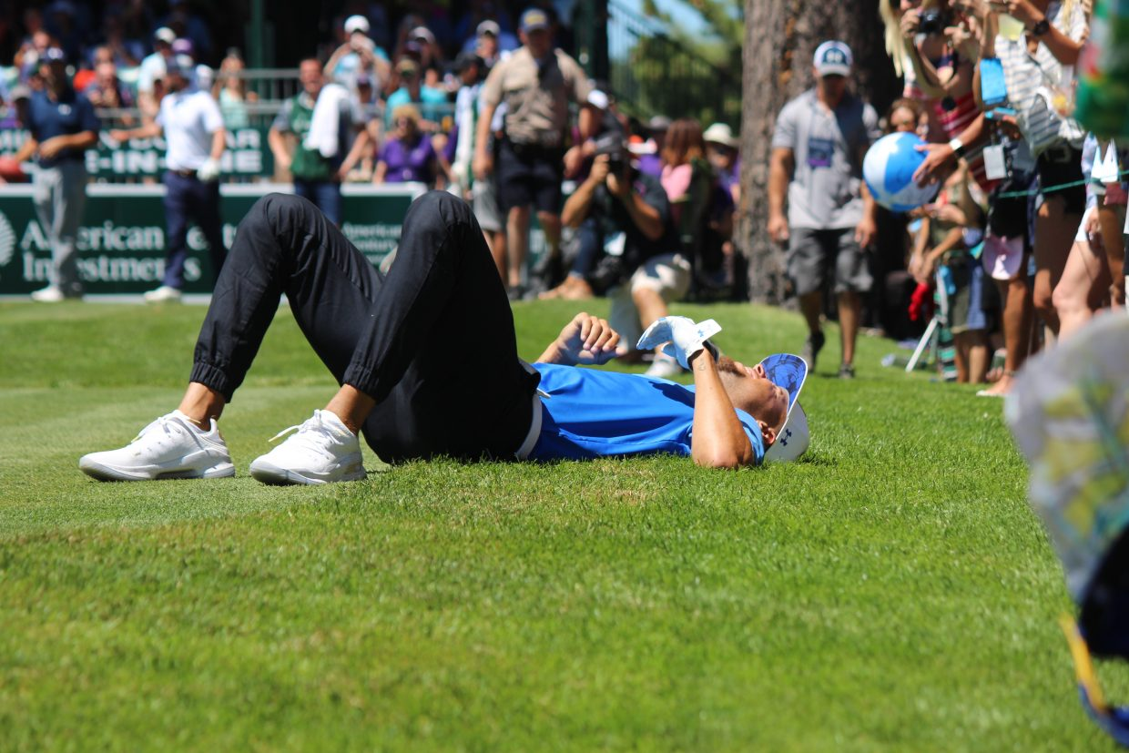 479a34f28aa0 Steph Curry narrowly missed a pass from Tony Romo on hole 17.