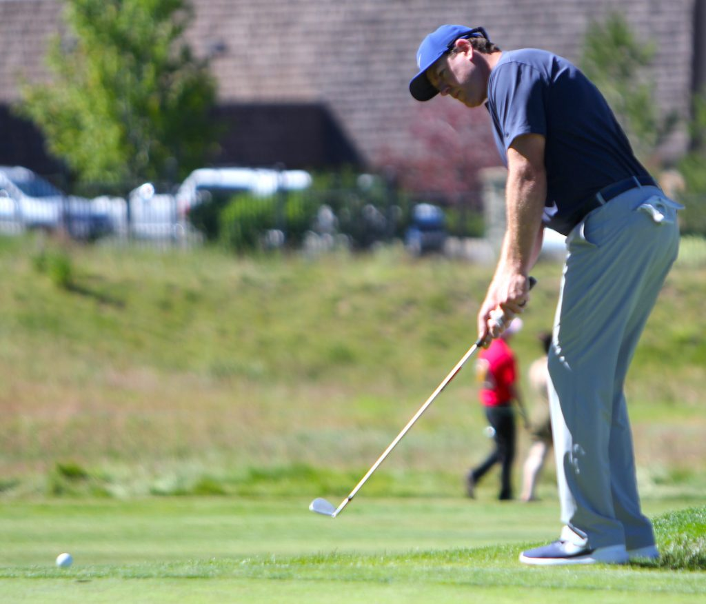 Carson Palmer chips on the second hole.