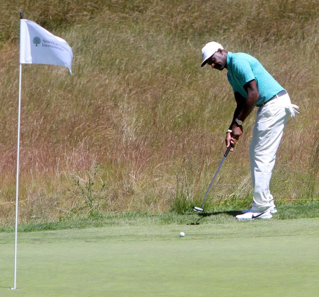 Jerry Rice putts on Sunday.